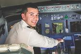 Fotografia giovane pilota nella cabina di pilotaggio aereo