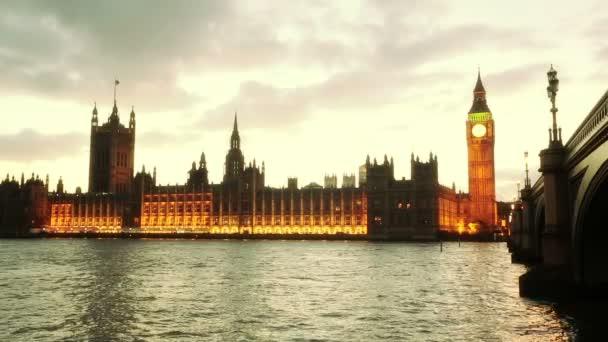 panoramatický pohled na westminster v Londýně při západu slunce