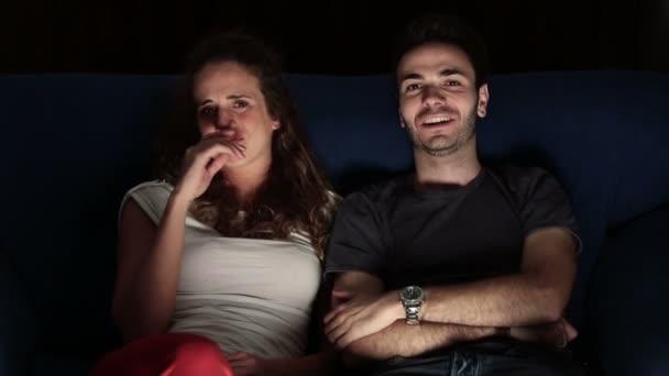 a fiatal pár néz horror film