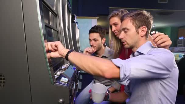 Skupina přítel hraje s hracími automaty