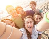 Mnohonárodnostní skupina přátel s Selfie na pláži