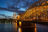 Dom und Brücke in Köln in der Dämmerung