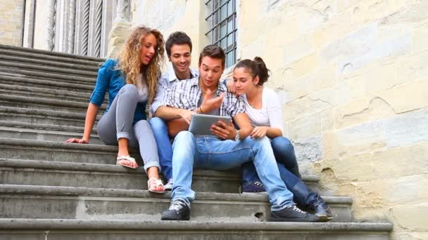 Skupina přátel s tablet pc