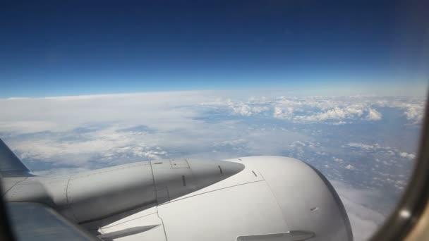 obloha z okna letadla