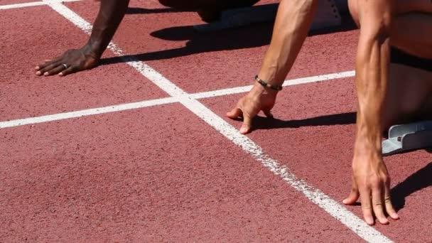Spustit dvě atletické sportovců na závod