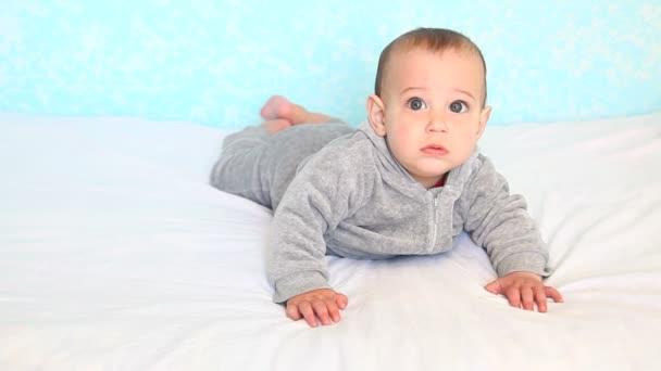 malé dítě na posteli