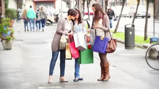ženy s nákupními taškami