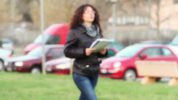 studenti chůze hospodářství knihy