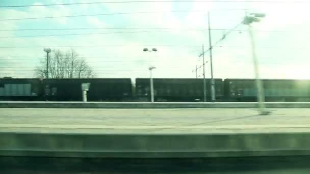 Vyhlížel z okna vlaku
