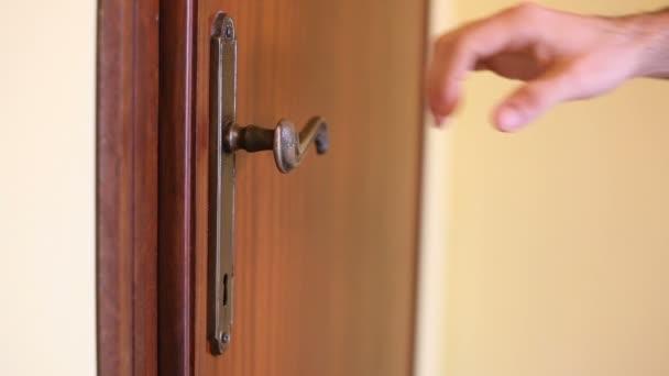 muž otevřené dveře