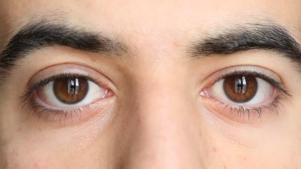 mladý muž oči