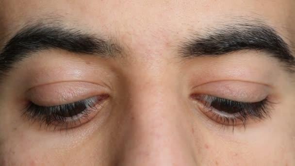 oči v různých stranách
