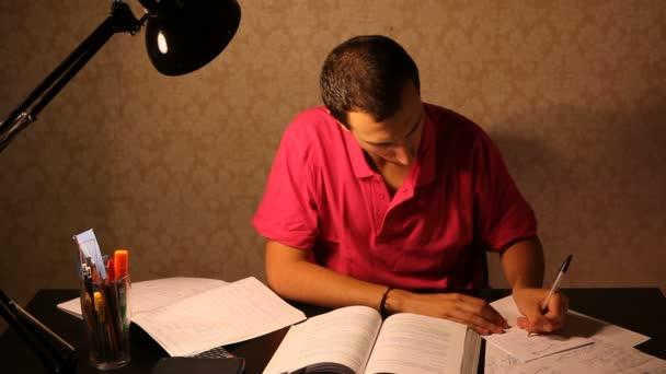 tanul az íróasztal és a szerzés csalódott fiatalember