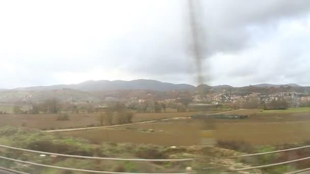 prostřednictvím okna vlaku