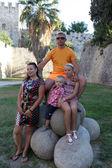 Fotografia famiglia sulle palle di cannone