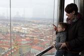 matka se synem na observatoři v Praze