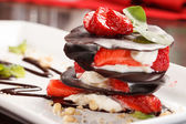 Fotografie Čokoládový dezert s jahodovou