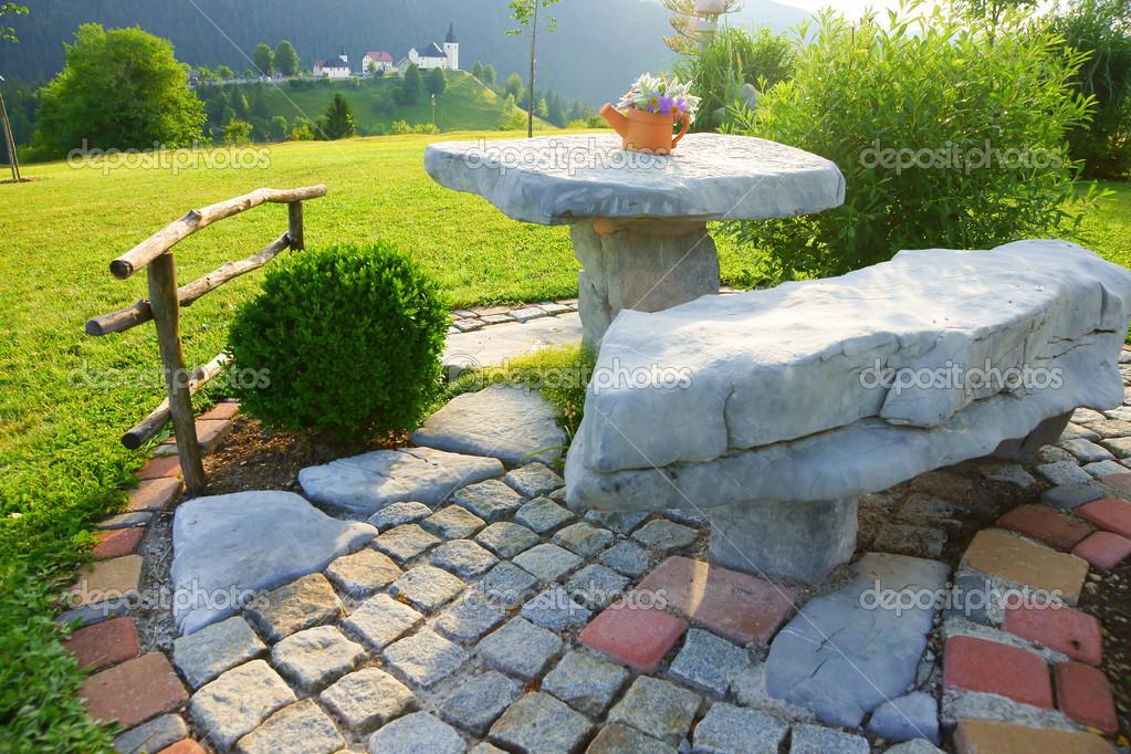Giardino Sedile Di Pietra In Piedi Nel Giardino Foto Stock