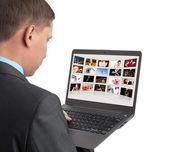 Mann sucht paar Bilder auf dem laptop