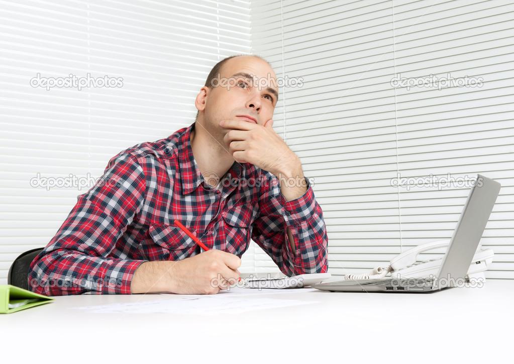 Картинка мужчина сидит думает