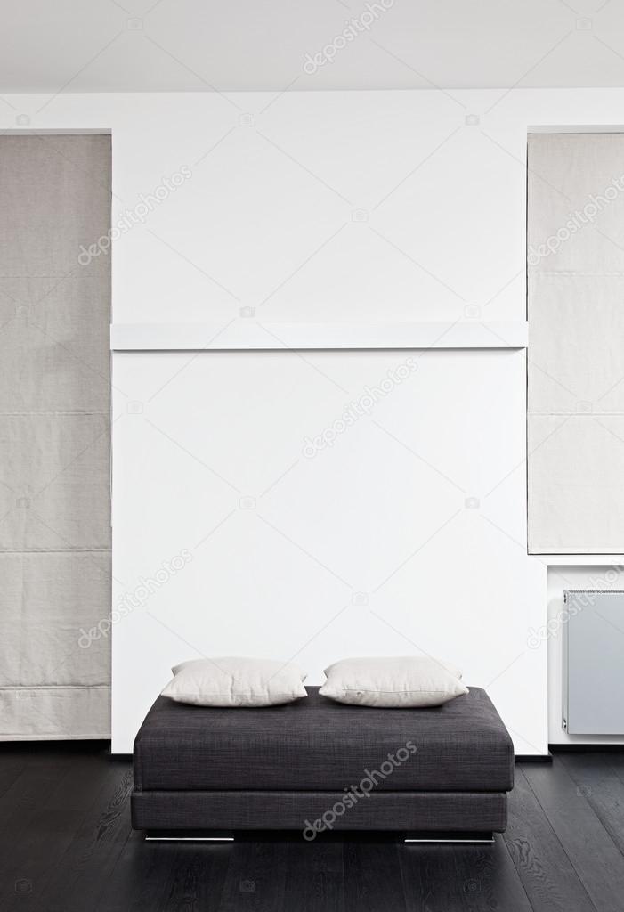 gris foncé padded tabouret avec coussin blanc, détail de salon ...