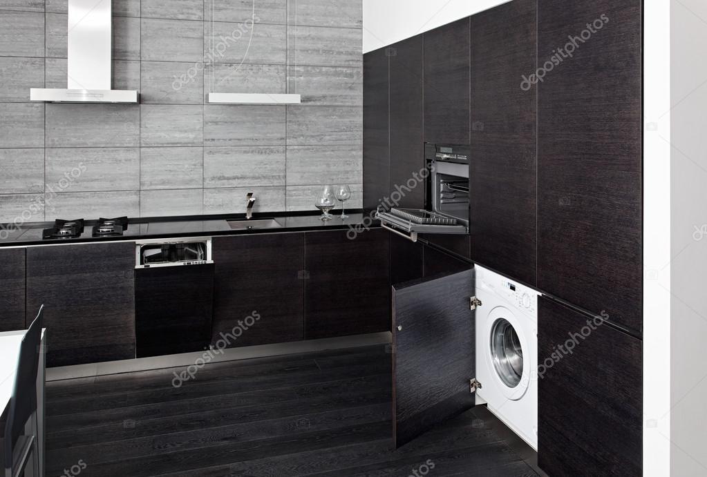 parte della cucina in legno nero con costruire-nella tecnica ...