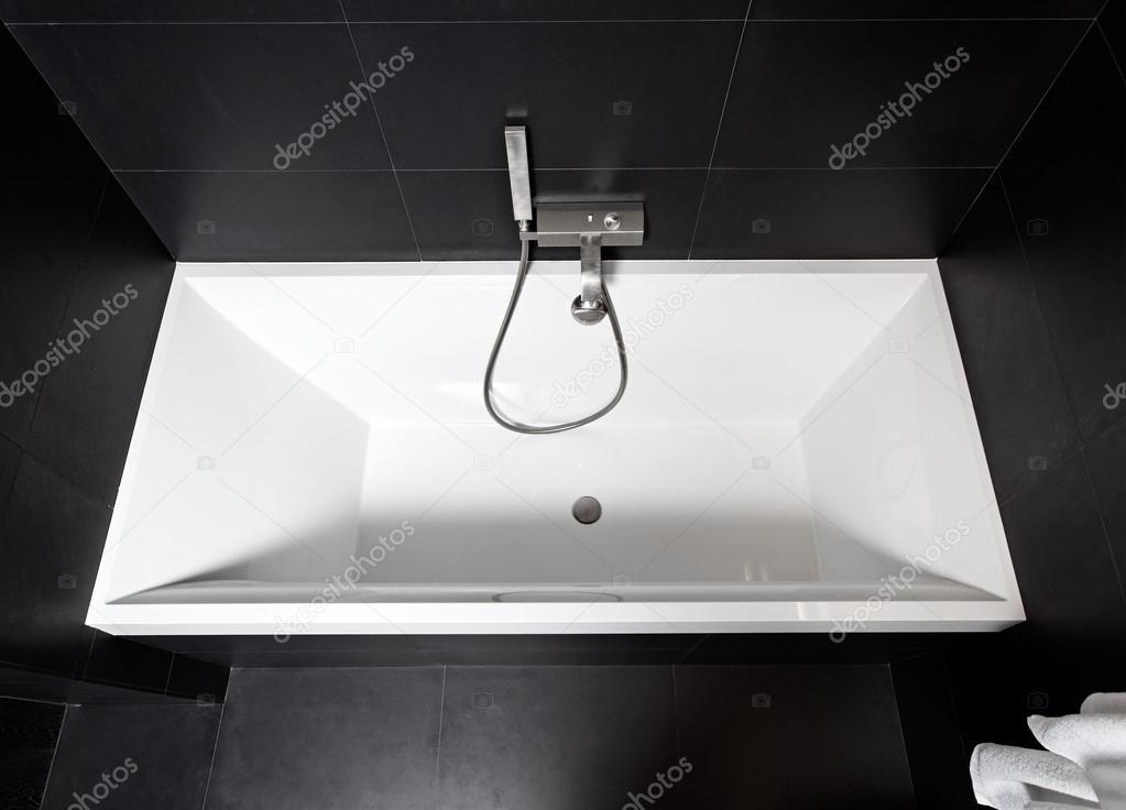 Biała kwadratowa wanna w nowoczesne łazienki biało-czarne wnętrze — Zdjęcie stockowe © MrHamster ...