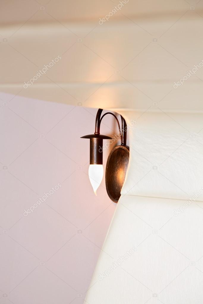 t te de lit de mousse inhabituelle et lampe d tail int rieur photographie mrhamster 20172405. Black Bedroom Furniture Sets. Home Design Ideas