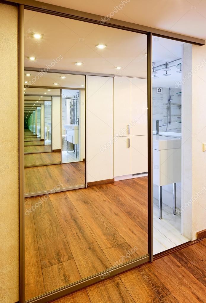 Schuifdeur Met Spiegel.Schuifdeur Spiegel Garderobe In Moderne Hall Interieur Met Infini