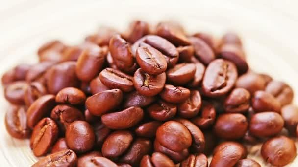 Natürliche Kaffeebohnen häufen sich rotierend