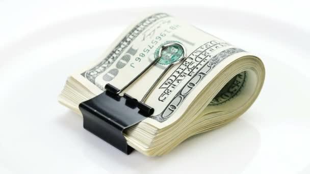 svazek mnoha 100 dolarové bankovky otočení na bílém pozadí