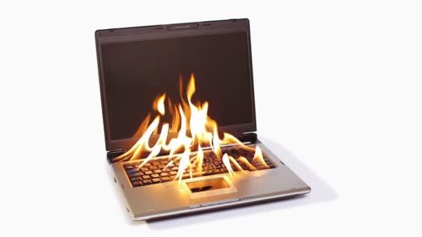 hořící notebook s velkým červeným plamenem