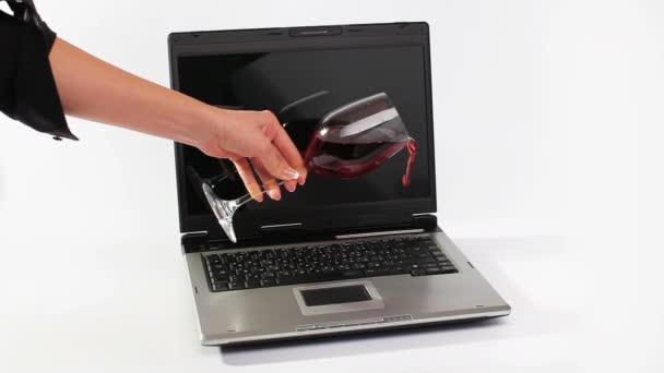 červené víno se přelila pracovní notebook
