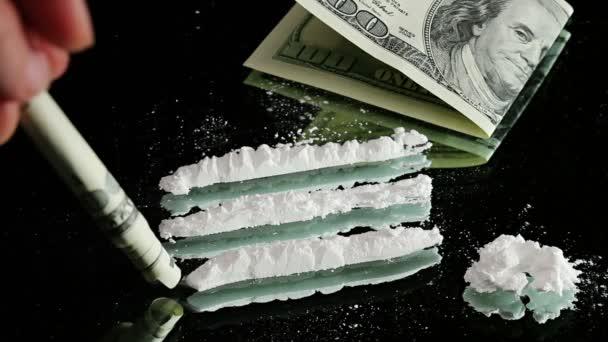 kokain odfrkl na zrcadle prostřednictvím válcované 100 dolarové bankovky