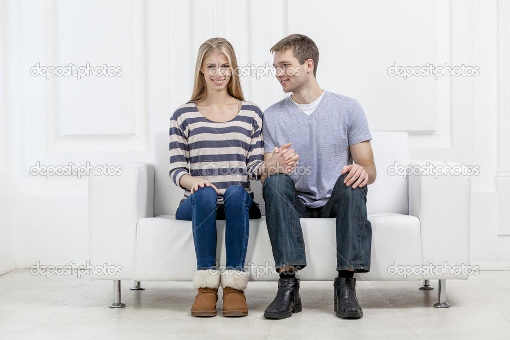 если две молодые парочки на диване какой натуральности данном