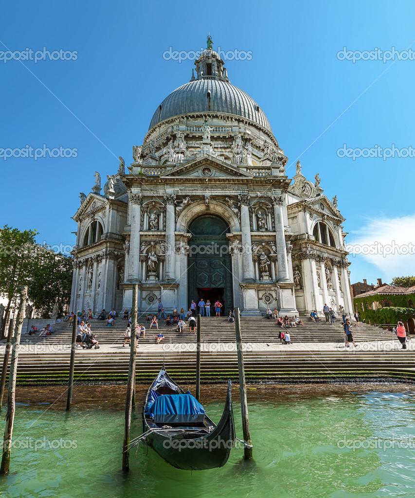 Katedrála santa Maria della salute. turistů, kteří navštíví památky. Benátky. červen 2013 ...