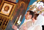 Braut und Bräutigam bei orthodoxer Trauung mit Krone