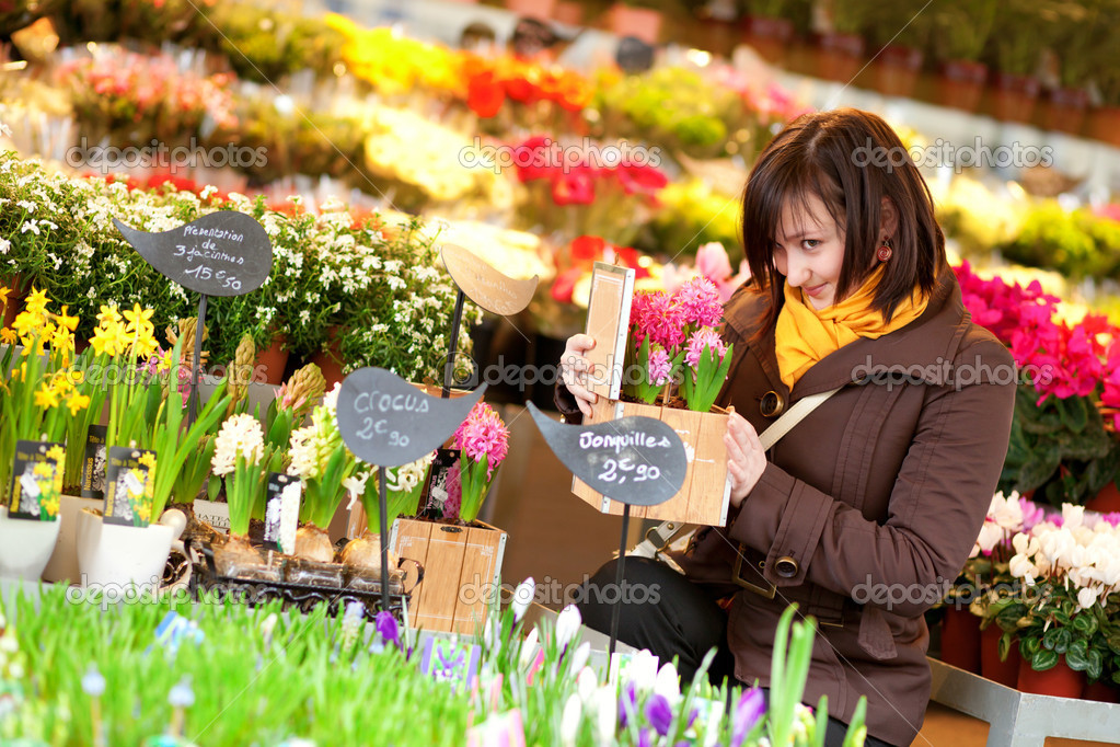 bella ragazza comprare fiori al mercato dei fiori foto