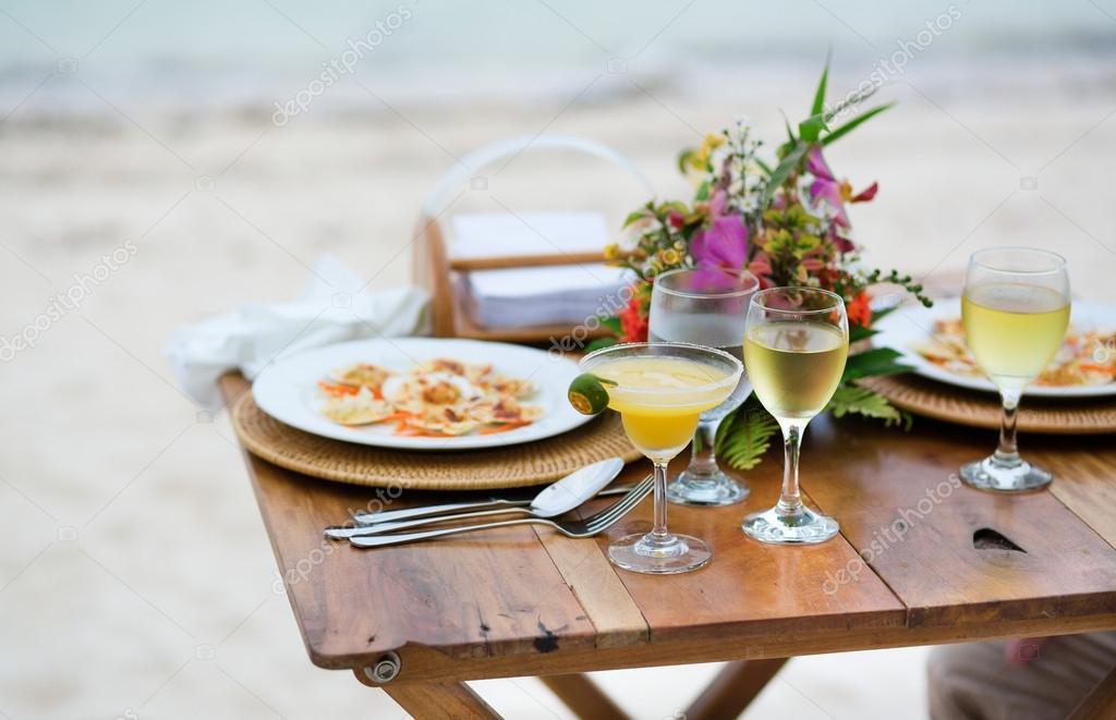 Romantisches Abendessen zu zweit an einem Strand