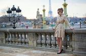 Fotografie elegante Pariser Frau in den Jardin des Tuileries