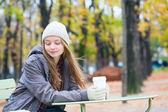 ragazza, bere il caffè in un caffè parigino allaperto