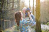 giovane madre con il suo bambino piccolo nella foresta
