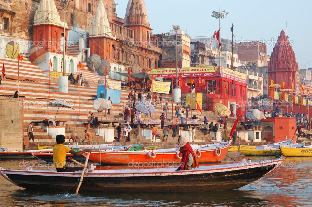 Ind persone stanno facendo il bagno rituale presso ghat - Bagno nel gange malattie ...