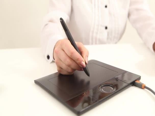 Zenska Ruka Kresleni Na Pocitaci Tablet Pc Video C Djemphoto 24944597