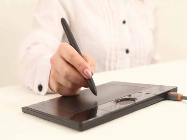 Zenska Ruka Kresleni Na Pocitaci Tablet Pc Video C Djemphoto 24944609