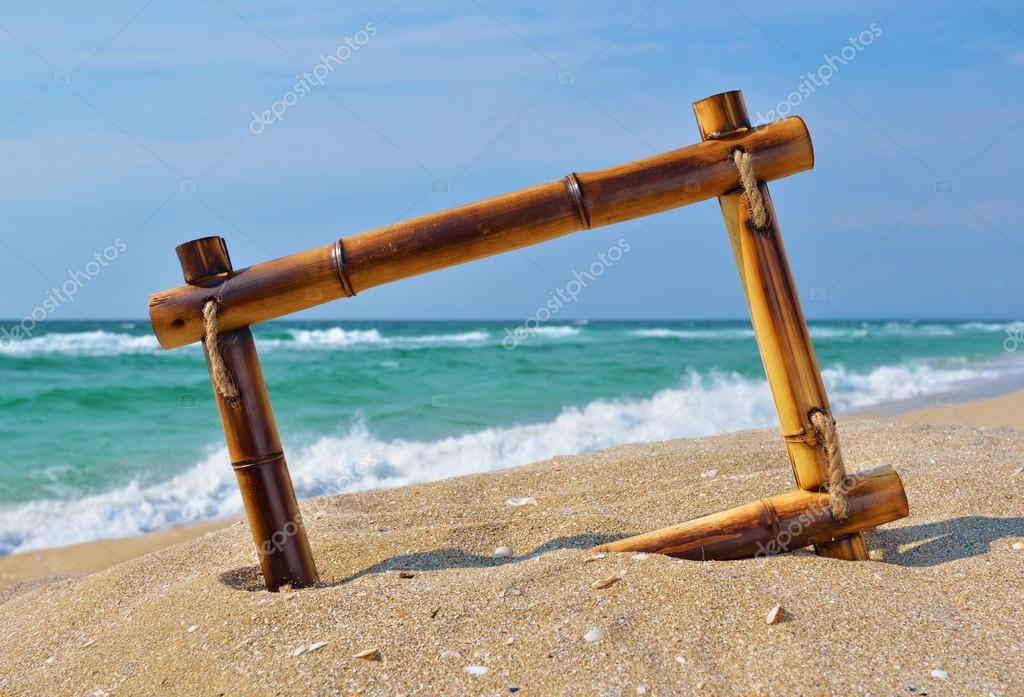 paisaje marino con marco de bambú en la arena de la playa — Foto de ...