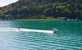 vodní lyžování na jezeře worth (worthersee). Rakousko