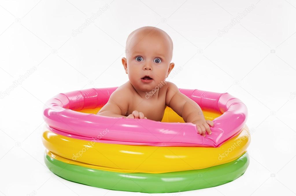 Beb Nadando En La Piscina Inflable Chico Foto De Stock