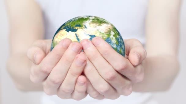 Föld kezekben.