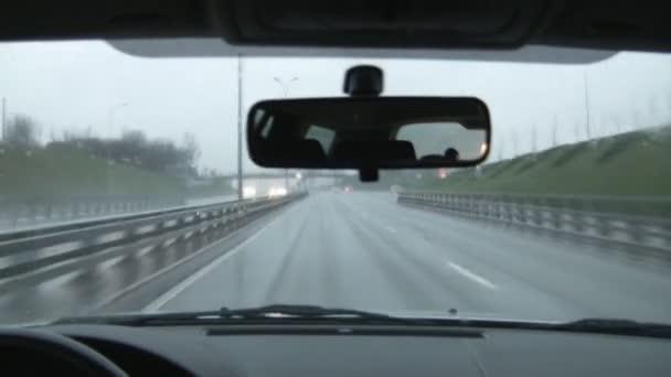 jezdit v autě v dešti